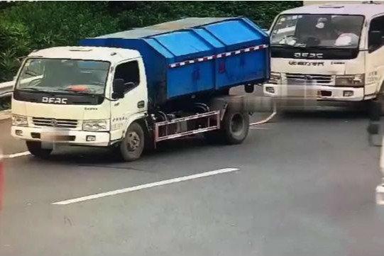 不知道报警吗?货车高速出故障另一辆货车竟用麻绳拖拽