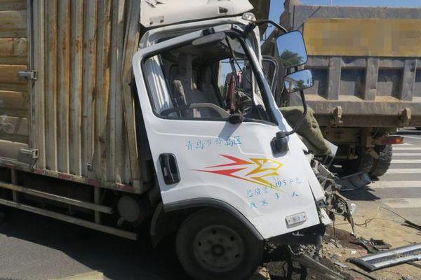 两辆货车相撞司机一个动作救自己一命
