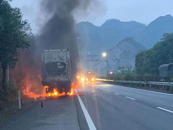 """贵州高速路上大货车自燃一车蔬菜成""""烧烤""""网友:太可惜了"""