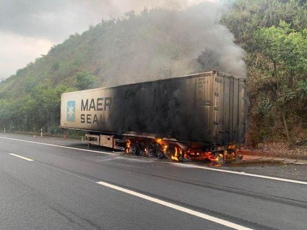 贵州高速上货车自燃一车蔬菜成'烧烤'