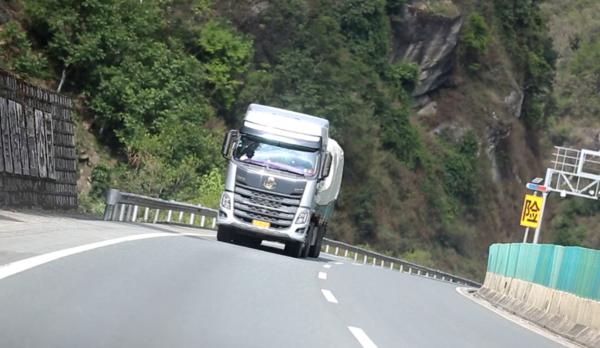 挑战与征服,女卡车司机和乘龙H7的40公里长下坡之行