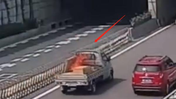 好司机!路遇车辆起火货车司机拔灭火器相助