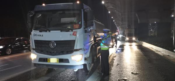 惊!郑州交警一夜竟查获220辆违法大货车