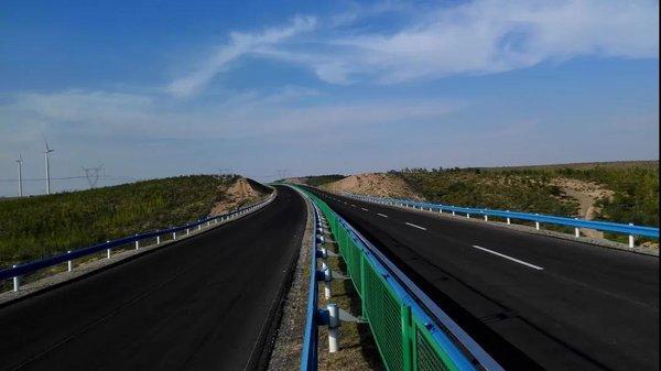 为什么货车非要靠右行?高速公路改扩建后增加了新设计
