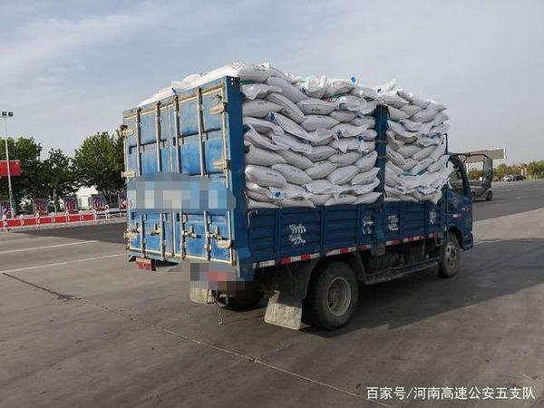 小货车超载550%交警处罚后护送了2公里