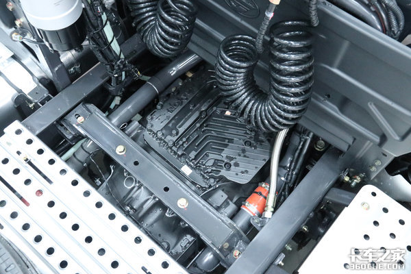 国内高端重卡又一里程碑式的产品东康600马力+AMT乘龙H73.0亮点解析