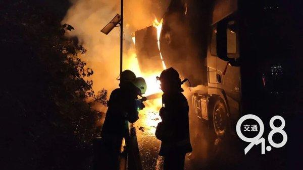 杭州一辆货车起火价值百万的快递烧光了网友:应该没有我的吧
