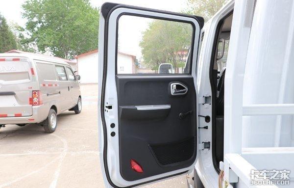 大尺寸货厢装的多,双排驾驶室能坐5个人,东风途逸T5摆摊妥妥的