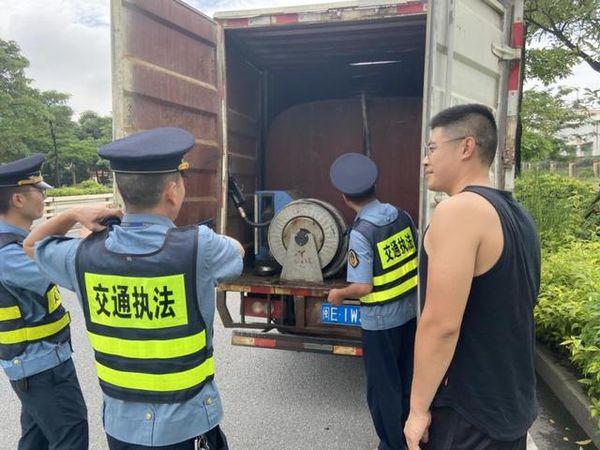 """厢式货车变危险品运输车装2000升柴油成""""移动炸弹""""被查获!"""