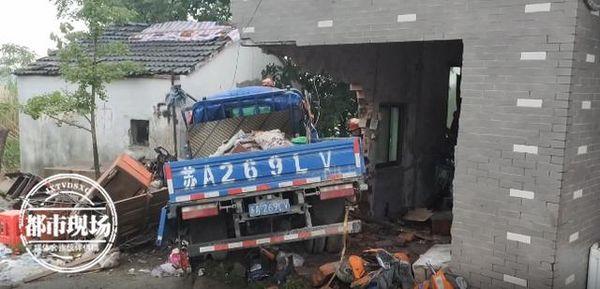 卡车冲进路边民房女房主正做饭被压死