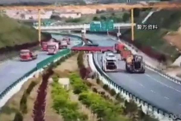 怎么考的驾照?半挂车司机竟挪开路障在高速隧道口掉头