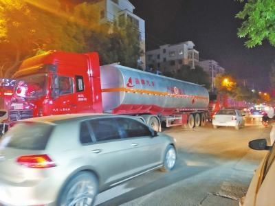 开封重型货车禁行区午高峰时44秒内扎堆闯过7辆重型货车