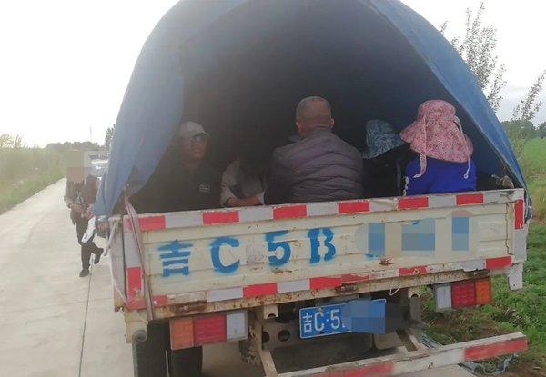 """小货车变身移动""""压缩包""""限载3人竟然载了25人交警:必须严惩"""