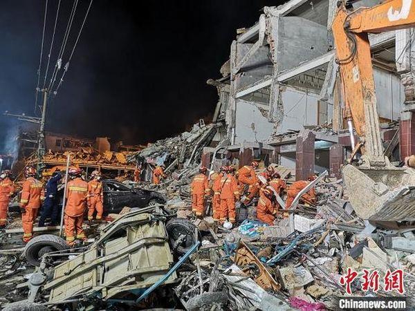 村民回忆油罐车爆炸瞬间冲击力巨大房顶都被掀飞了