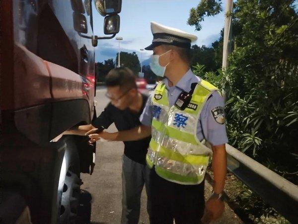 温州:高速交警开展危化品运输车辆集中检查整治