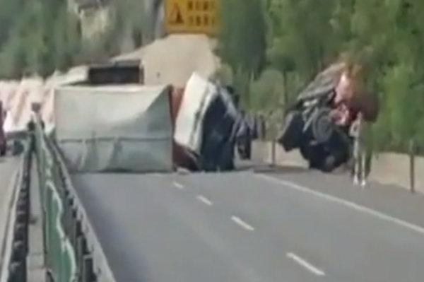幸亏没爆炸榆林一载有9吨炸药卡车侧翻