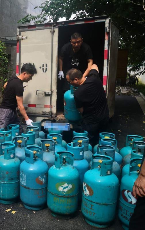 浙江严查危险品出狠招这辆货车让执法人员吓了一跳里头全是煤气罐