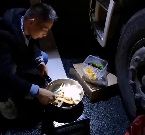 """每天给自己变着花样做饭朋友笑称他是""""卡车上孤独的美食家"""""""