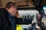 为解决卡车驾驶员短缺 德国驾校竟然这么吸引学员 直接用奔驰练车