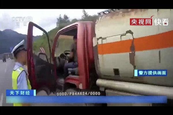 """罚1500吊销驾驶证!报废货车私装加油枪充当""""加油车""""被查获"""