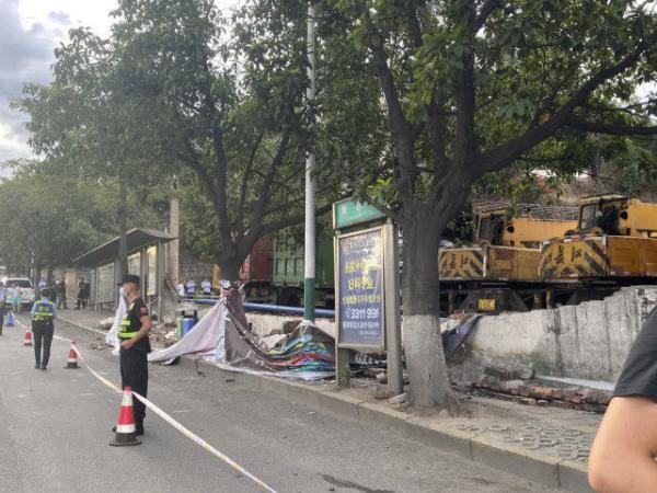 围墙倒塌致路人伤亡疑因货车司机操作不当群众反映已不是第一次了