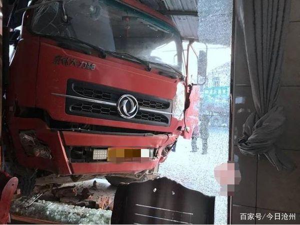 大货车撞坏村民房屋 房主反要赔偿损失