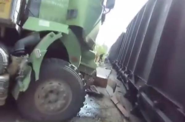 场面十分惊险!安徽一货车制动失灵与火车相撞