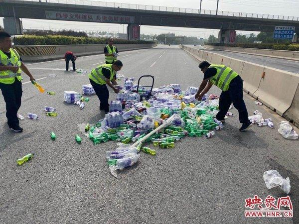 红绿灯未启用货车撞上水泥罐车上千件饮料、矿泉水铺满4个车道