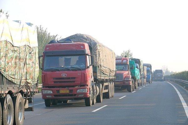 闲时睡觉忙时连轴!集卡车队喊话宁波港