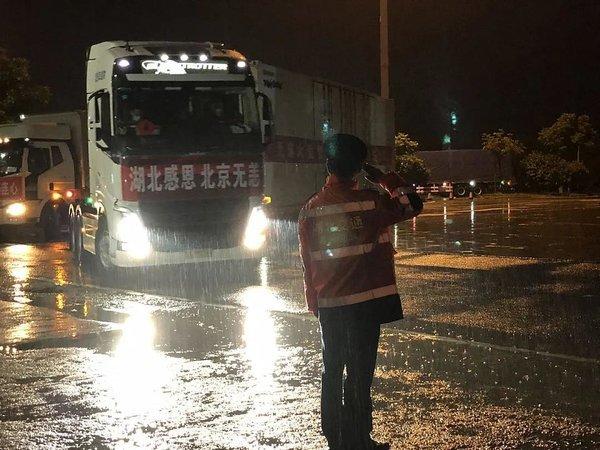 为保障运输通道畅通北京发放重点物资运输车辆通行证货车可快速通行