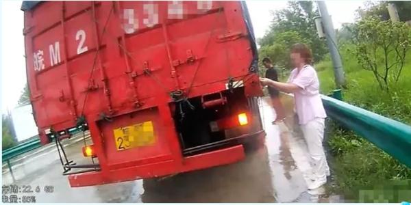 为逃高速费,货车司机将妻子丢在高速上,交警怒斥:我看不起你