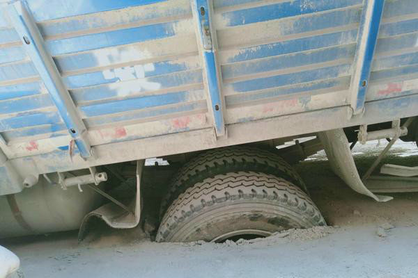 拉25吨水泥货车陷入基坑车辆严重受损愁坏车主网友:拉少了