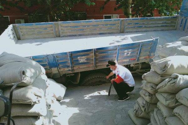 拉25吨水泥货车陷入基坑 网友:拉少了