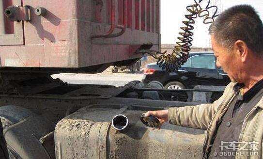 中年货车司机因油箱被掏空嚎啕大哭:油耗子你们有没有良知?