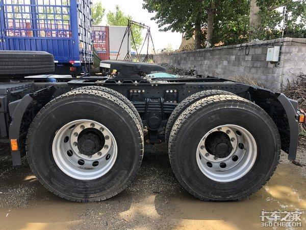 黑白配涂装颜值超帅,福特发动机动力强劲,实拍江铃威龙牵引车