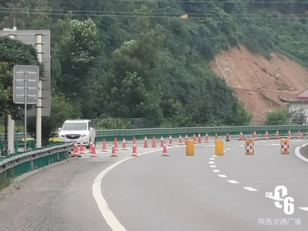 高速封路竟要车辆要从服务区内通行卡友:出了事谁负责?