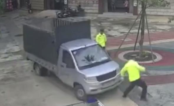 驾驶货车冲撞交警男子大叫:欠了20万想去吃两年牢饭