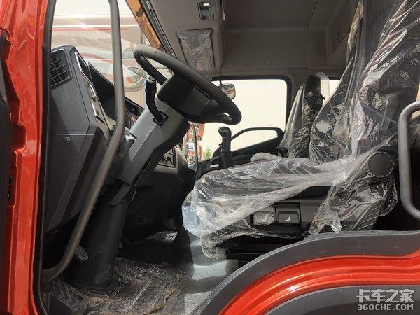 实拍解放JK6全新6米8载货车底盘,中顶驾驶室挂冷藏箱更方便
