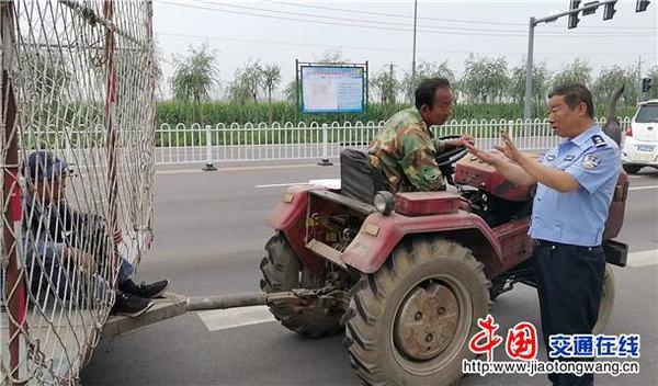 拖拉机加装车厢变身'大货车'交警:卡车出新车型了?