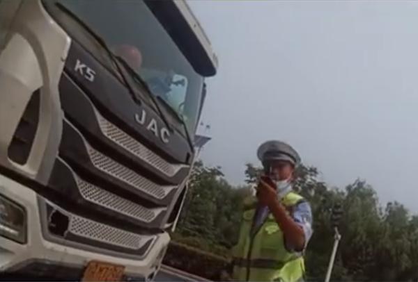 交警拍戏式执法:喊司机摆拍违法开罚单