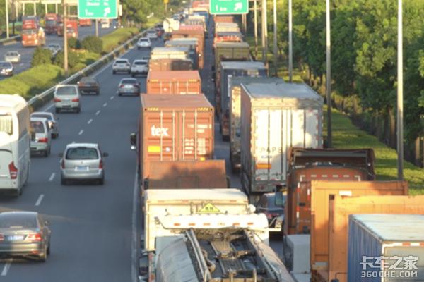 罚200记3分7月20日起昆玉高速严查货车不靠右行