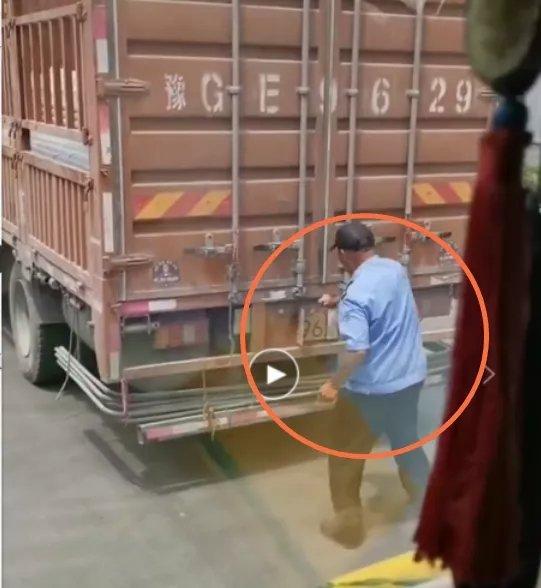 愤怒!一男子偷偷给卡友的货车车牌折卷