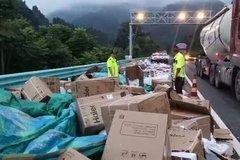 损失75万 货车超车撞上护栏货物散一地