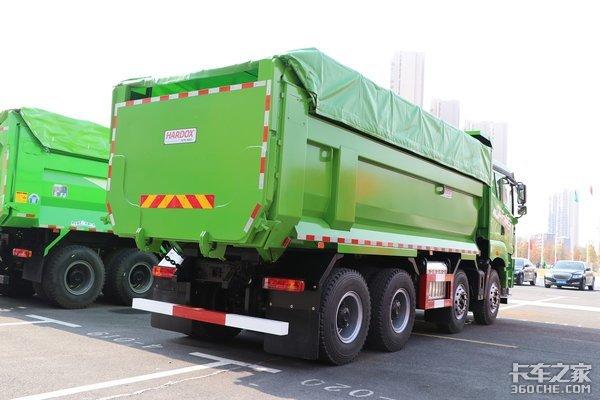 车市速看:400马力短轴8×4自卸车绿油油的青汽JH6助城建