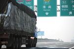 货车按车轴收费半年后 空车国道排长龙 卡友:走不起高速