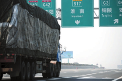 货车按车轴收费半年后 空车国道排长龙
