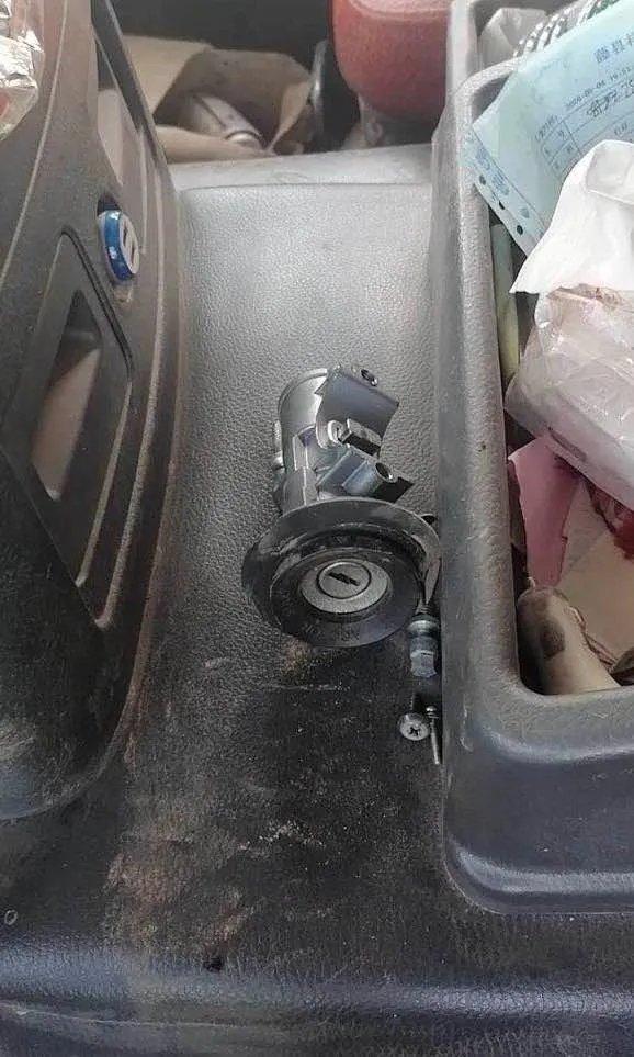 路遇撬车门执法卡友40000元的财物没了