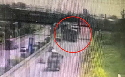 惊险!司机一个动作货车头飞了出去