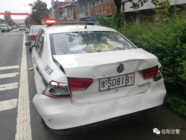 警车都撞瘪了!超载货车遮挡号牌还闯卡
