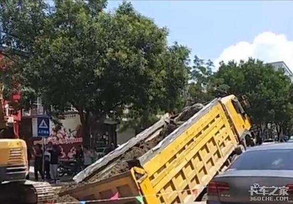 路面塌陷货车很受伤,这3种情况一定要绕路走